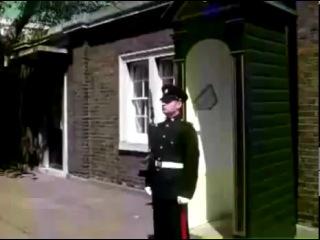 Как рассмешить королевского стража